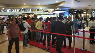 Apple Lovers Throng Stores In India, Record Festive Sales