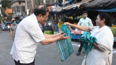 Photo of Mamata pays surprise visit to markets, pulls up police