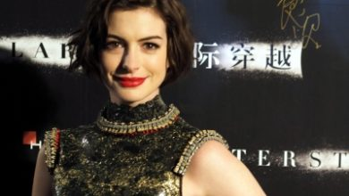 Photo of Anne Hathaway reveals Christopher Nolan doesn't allow chairs on his sets