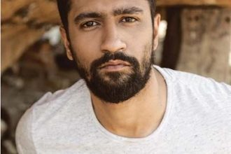 Photo of Vicky Kaushal plays Ae watan on Veena to celebrate Independence Day